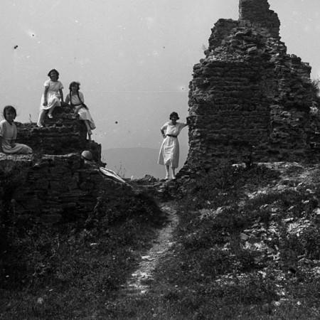 Ruderi del Castello di Treschietto con un gruppo di donne 1921