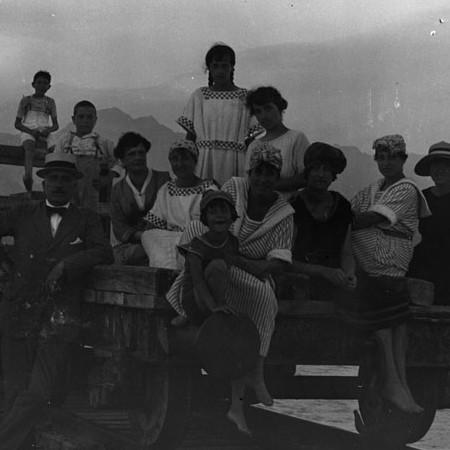 Gruppo di famiglia in vacanza a Marina di Carrara 1920