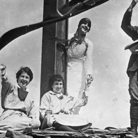 Il fotografo e familiari alla croce del Marmagna in costruzione