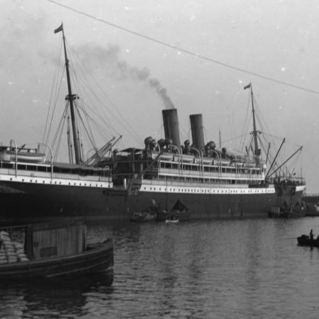 Piroscafo in partenza dal porto di Genova